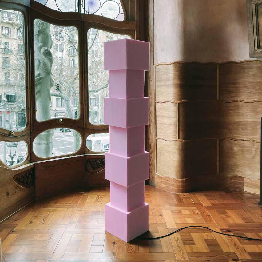 Кубовидный розовый свет из пены, сфотографированный в доме Бальо