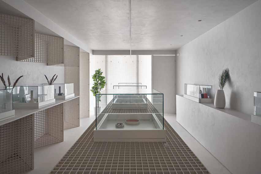 Диспансер каннабиса с промышленными решетчатыми стенами и дисплеями от StudioAC