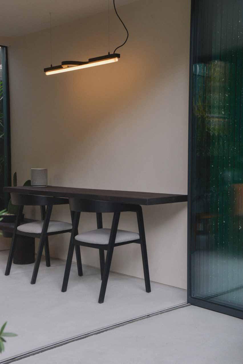 Стол с витражной пробкой занимает одну стену.