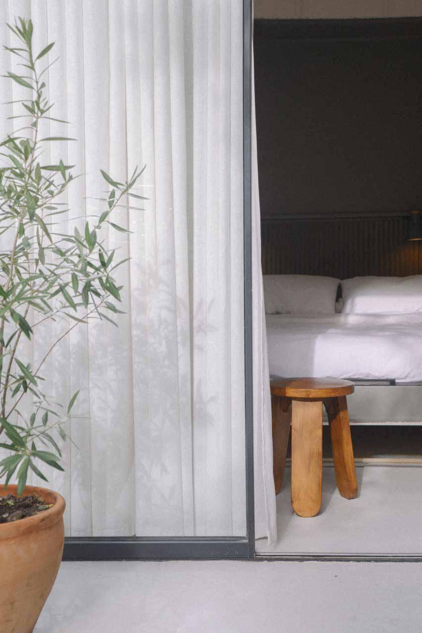 Спальня с застекленной стеной