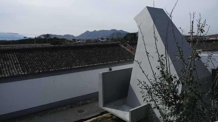 Часовня и храм Гуаньинь на южном склоне холма. Изображение © Xintong Shi