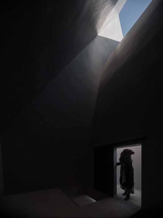 Внутреннее пространство часовни. Изображение © Bo Lv