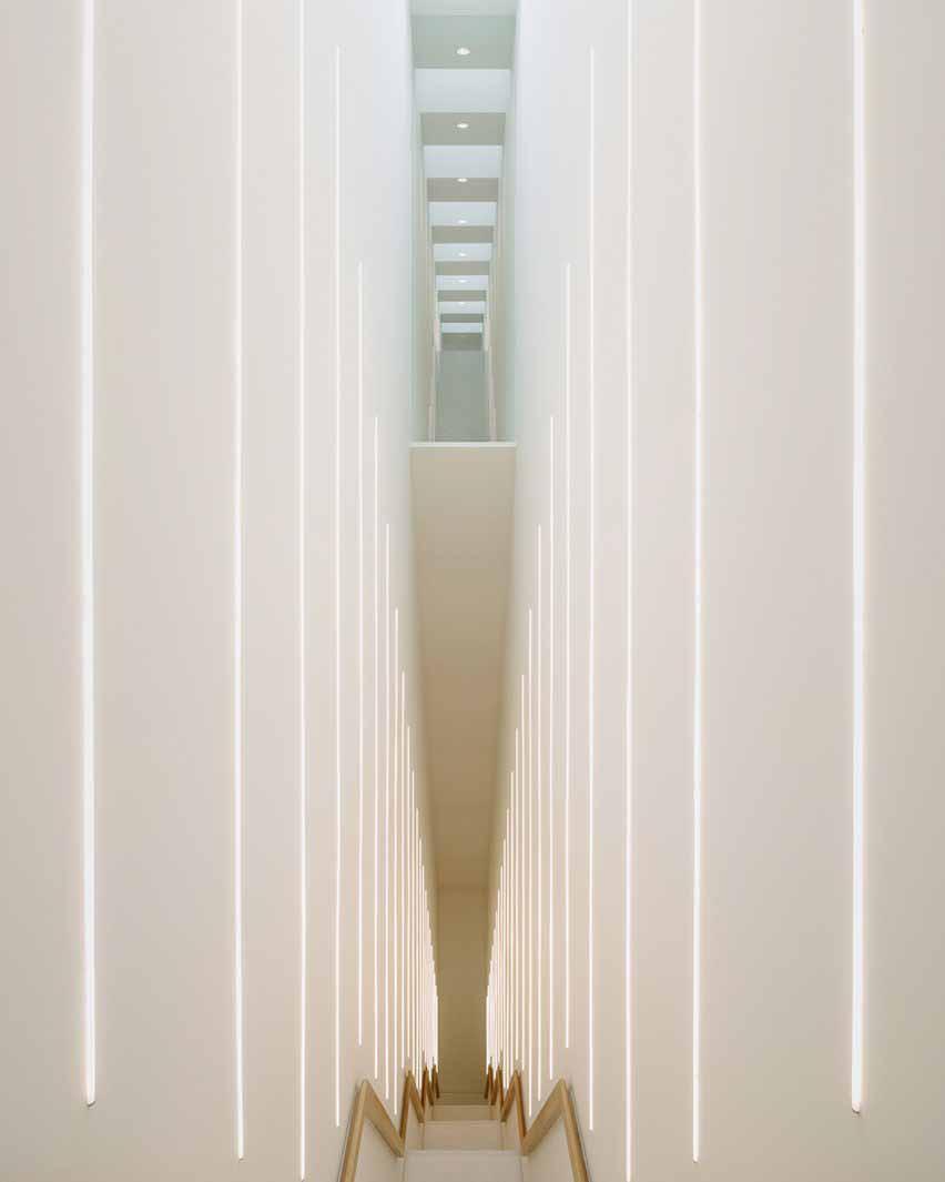 Высокая лестница с НОЖКАМИ в пристройке музея от Kaan Architecten
