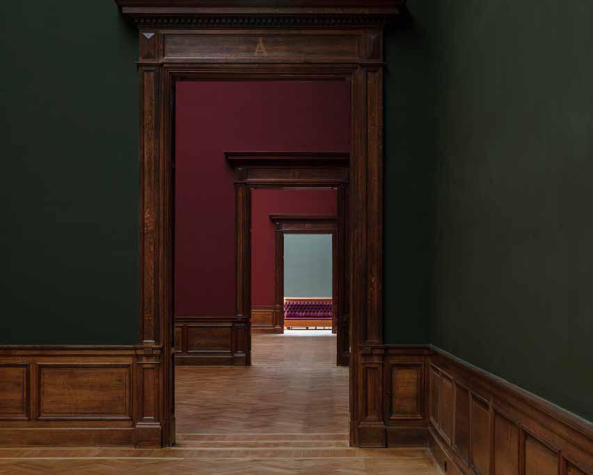 Темно-зеленые и красные стены отреставрированных выставочных залов XIX века Королевского музея изящных искусств Антверпена