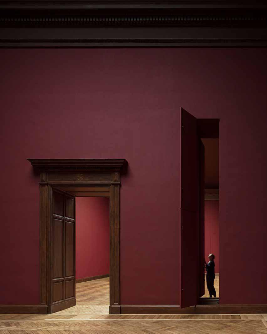 Бордовые стены и вертикальные люки для движущихся картин в Королевском музее изящных искусств Антверпена от Kaan Architecten