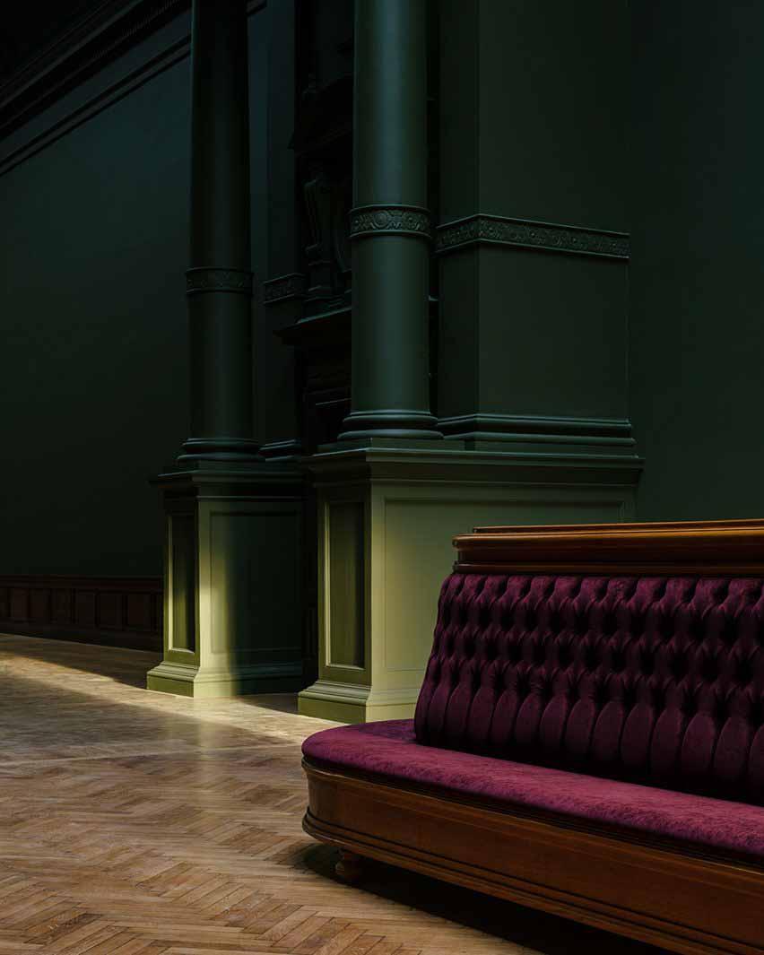 Красный диван и зеленые стены