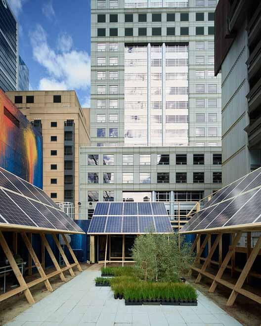Солнечный павильон от John Wardle Architects с работами Эша Китинга, представленный в A New Normal во время Недели дизайна в Мельбурне 2021. Изображение © Kristoffer Paulsen