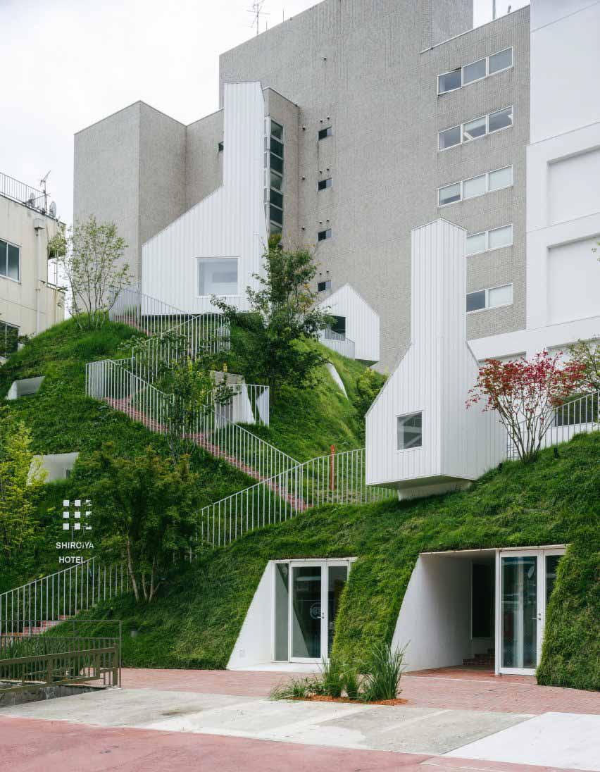 Пристройка отеля покрыта травой