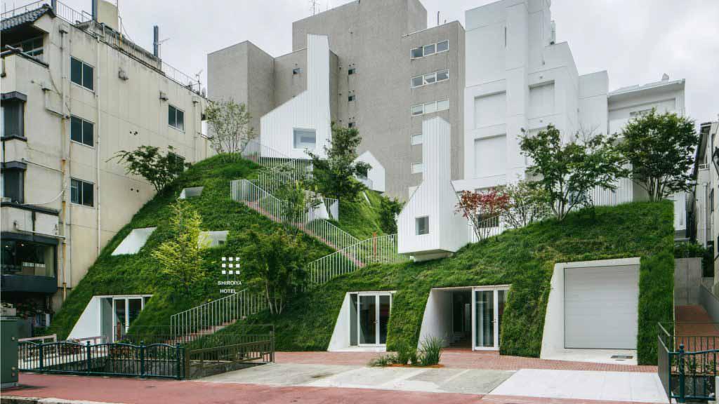 Соу Фудзимото добавляет гигантский атриум и зеленый холм к отремонтированному отелю Shiroiya