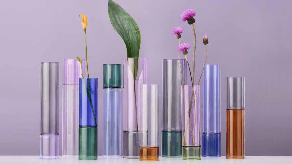 Двусторонние вазы Анны Перуджини имеют сочлененные ножки, похожие на бамбук.