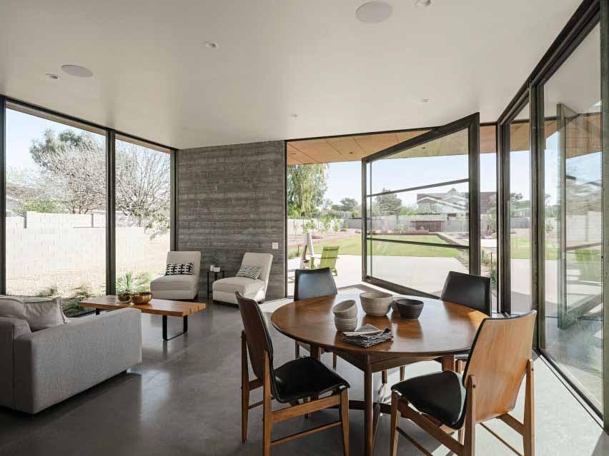 Интерьер и поворотная дверь в гостевом доме в Аризоне