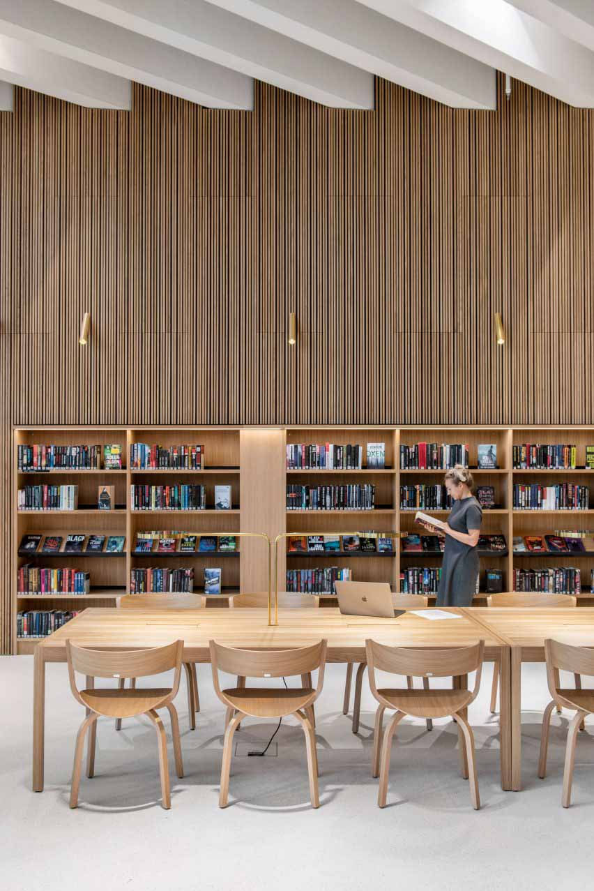 Реечные деревянные стены в финской библиотеке