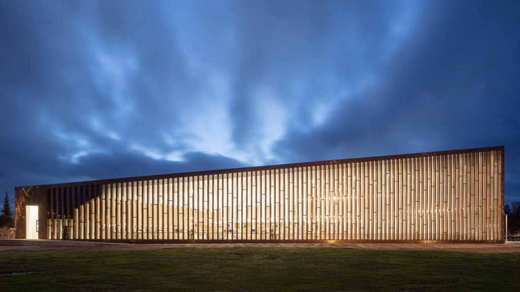 JKMM Architects обернули библиотеку Киркконумми 1980-х годов медной черепицей