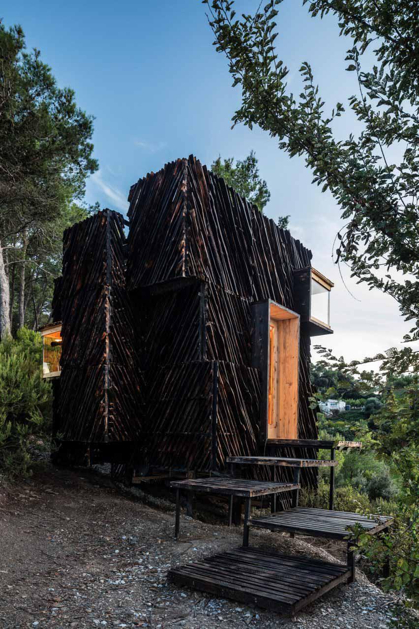Домик, облицованный обугленным деревом