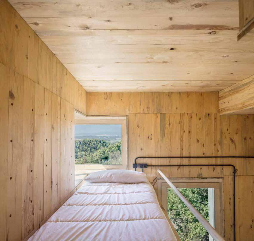 Кровать-платформа внутри деревенской хижины