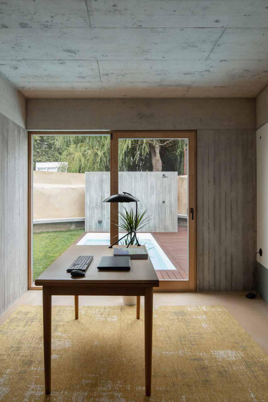 Бетон покрывает потолки и стены от DepA Architects