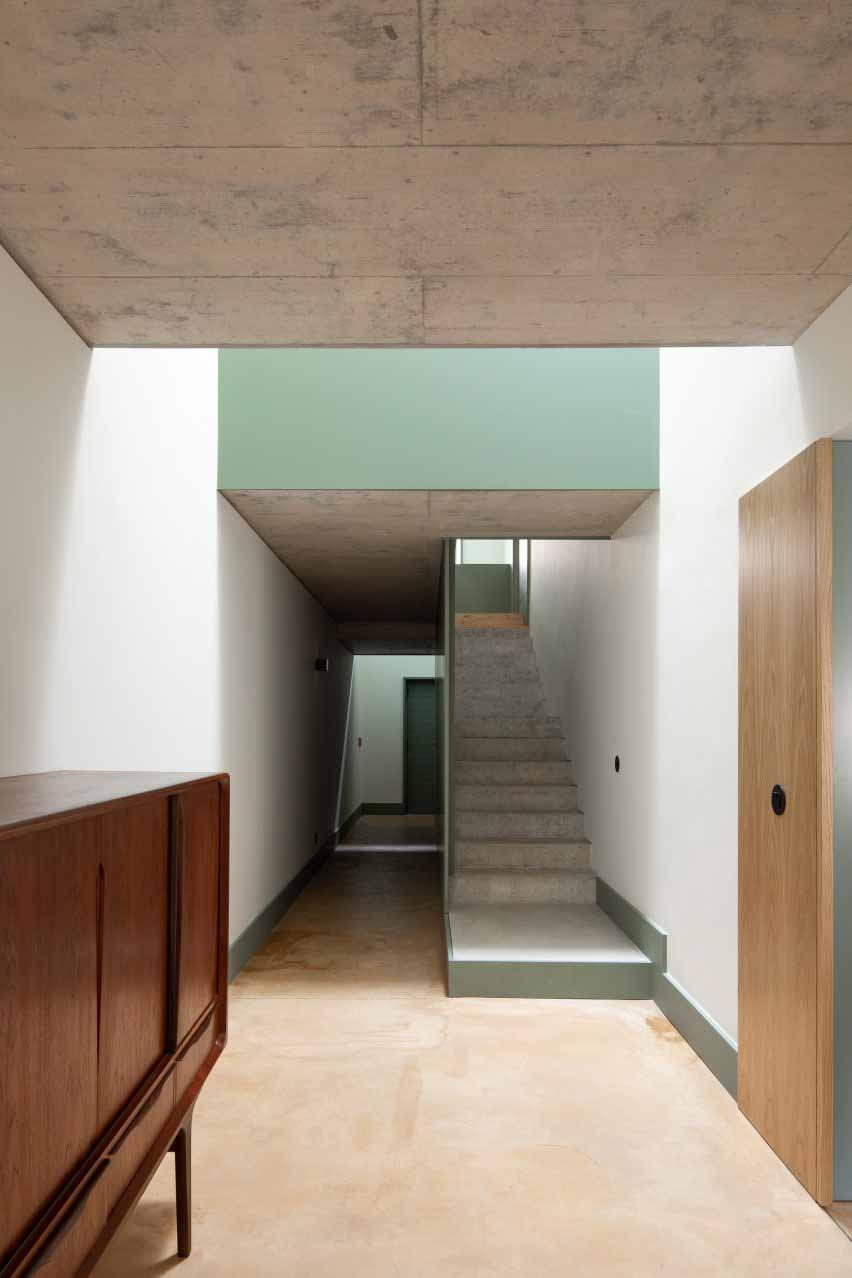 Полы окрашены в охристый оттенок от DepA Architects.