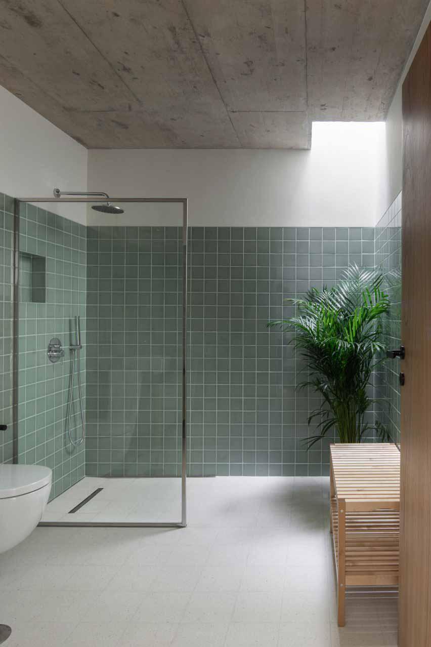 Ванная комната отделана мраморной плиткой.