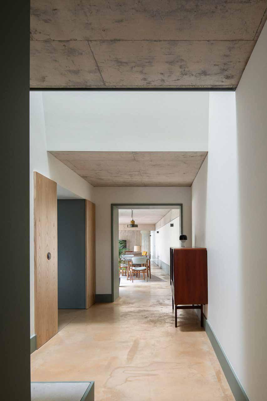 Длинный коридор от входа соединяет все помещения.