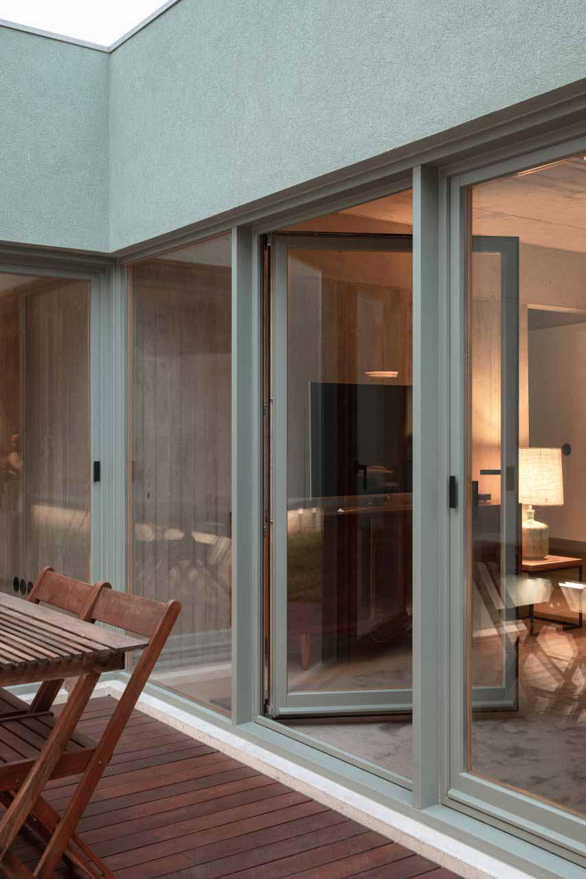 Наружные стены имеют зеленую отделку от DepA Architects.