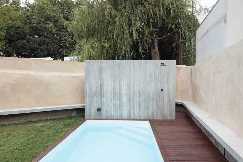 Садовые стены имеют оттенок охры