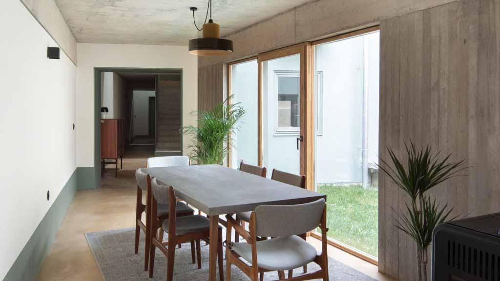 DepA Architects облицовывают традиционный португальский дом плиткой цвета шалфея