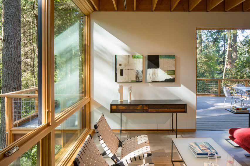 В доме деревянная мебель.