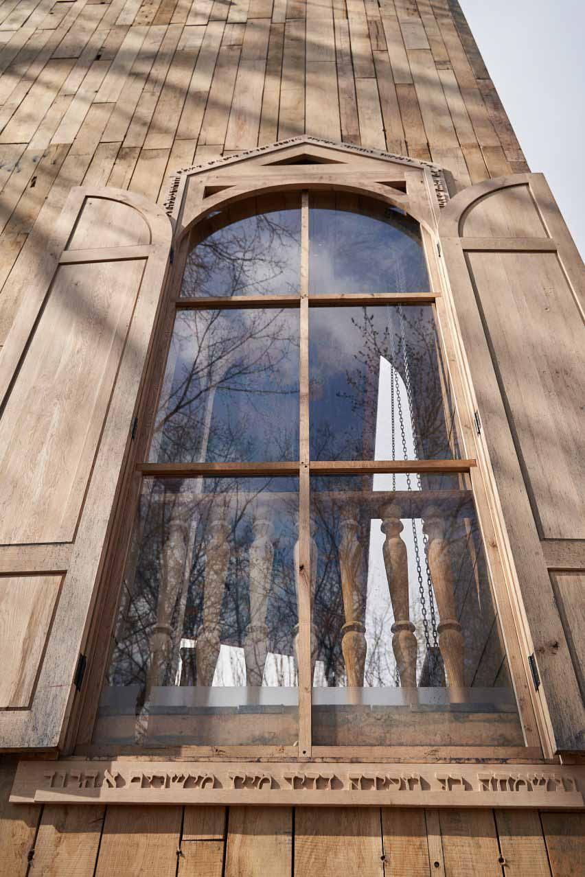 Дубовое здание в Украине