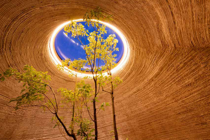 Он был построен из глины местного производства компаниями Mario Cucinella Architects и Wasp.