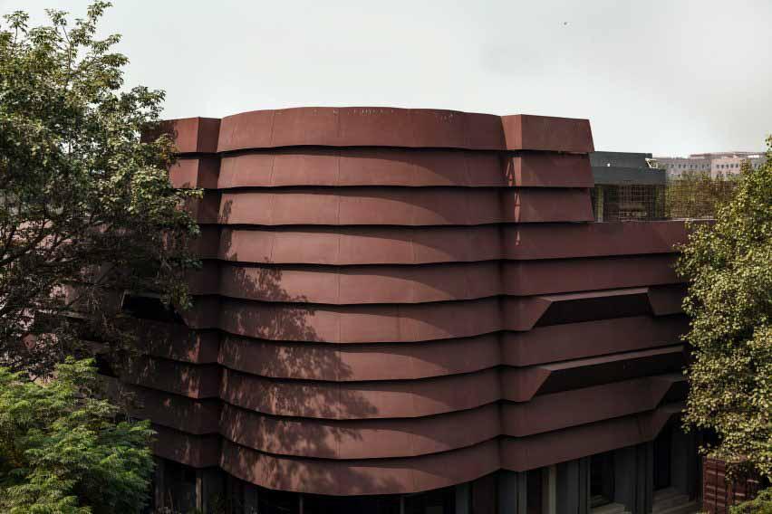 В дизайне есть броня, похожая на оболочку от Architecture Discipline.
