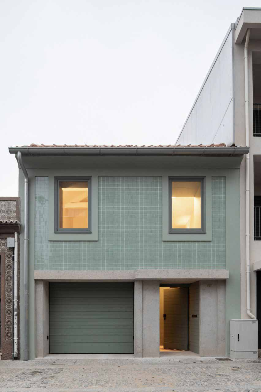 Фасад выполнен в палитре бетонных и плиточных материалов от компании DepA Architects.