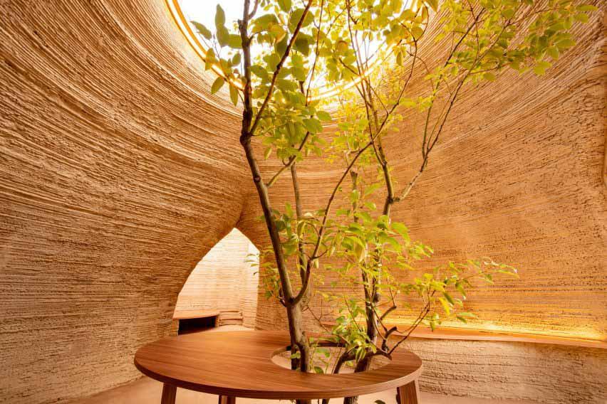 У прототипа корпуса есть текстурные стены из сложенной глиняной формы от Mario Cucinella Architects и Wasp.