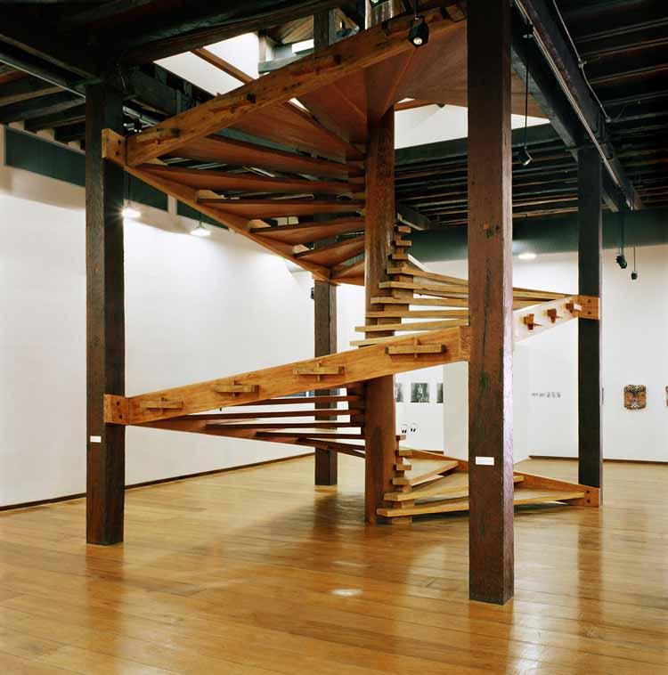 Лина Бо Барди и ее винтовая деревянная лестница: традиции и современность, © Нельсон Кон
