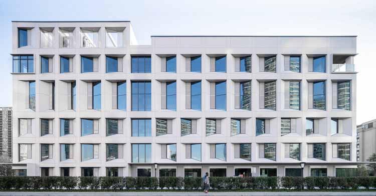 Реконструкция старого завода химического волокна в Ханчжоу / LYCS Architecture, северный фасад «Маленького белого здания». Изображение © Qingshan Wu