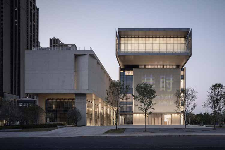 Шэньчжэньский художественный музей Пиншань / Vector Architects, ночной вид на южный фасад. Изображение © Shengliang Su