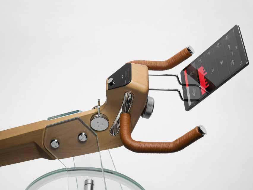 Крупный план велотренажера с кожаными ручками и умным экраном от Elite