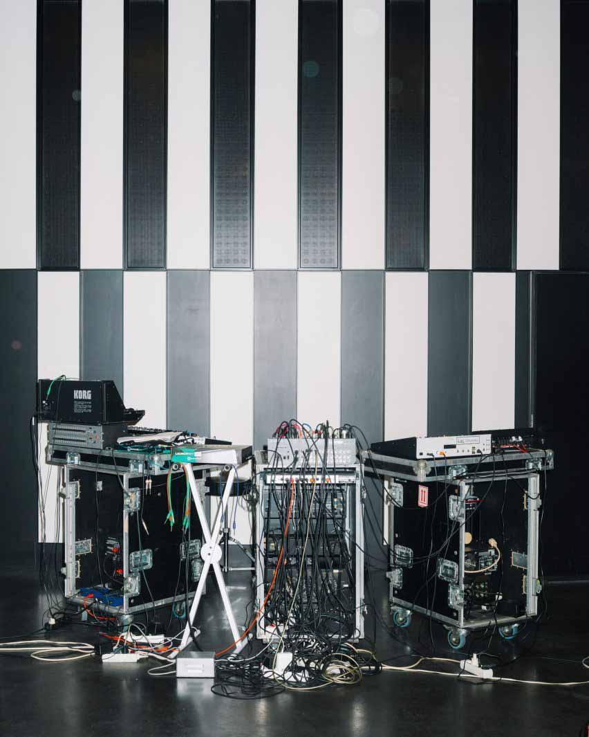 Черно-белые акустические панели в студии Deewee001