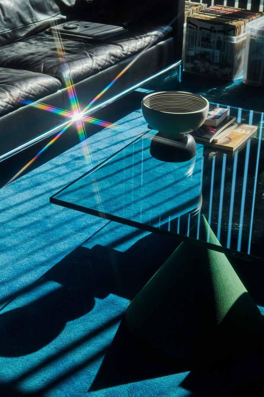 Стеклянный журнальный столик в студии Soulwax от Glenn Sestig