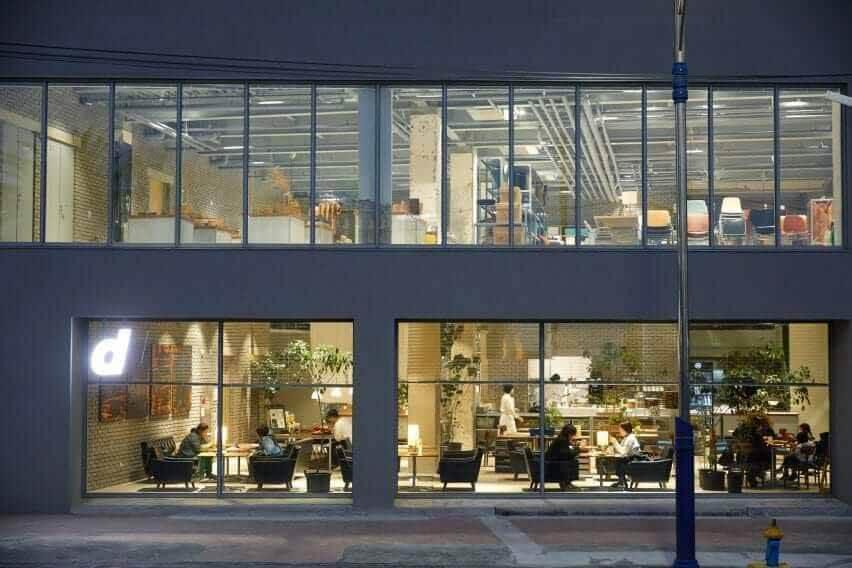 В магазине D & Department есть окна от пола до потолка.
