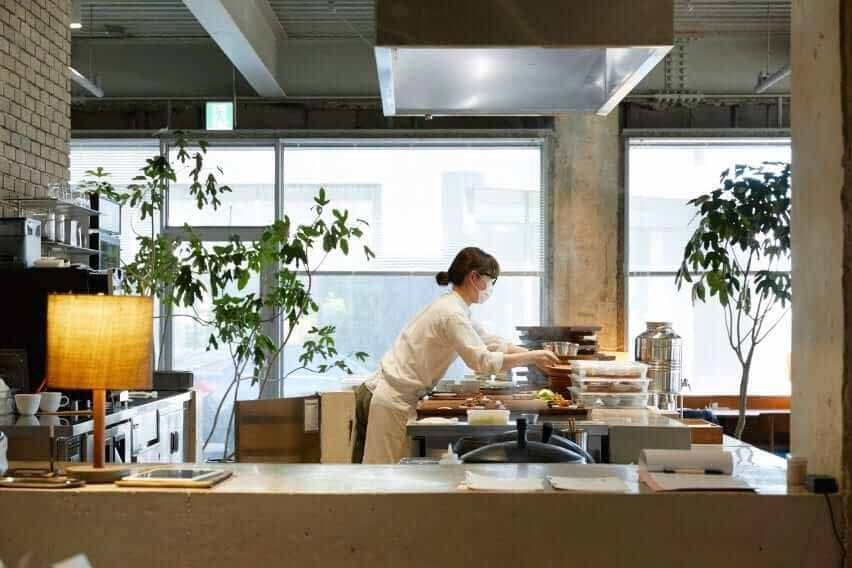 Обеденная зона имеет открытую кухню в магазине D & Department store.