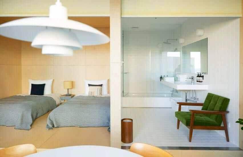 Ванная комната в отеле D&D отделана белым интерьером.