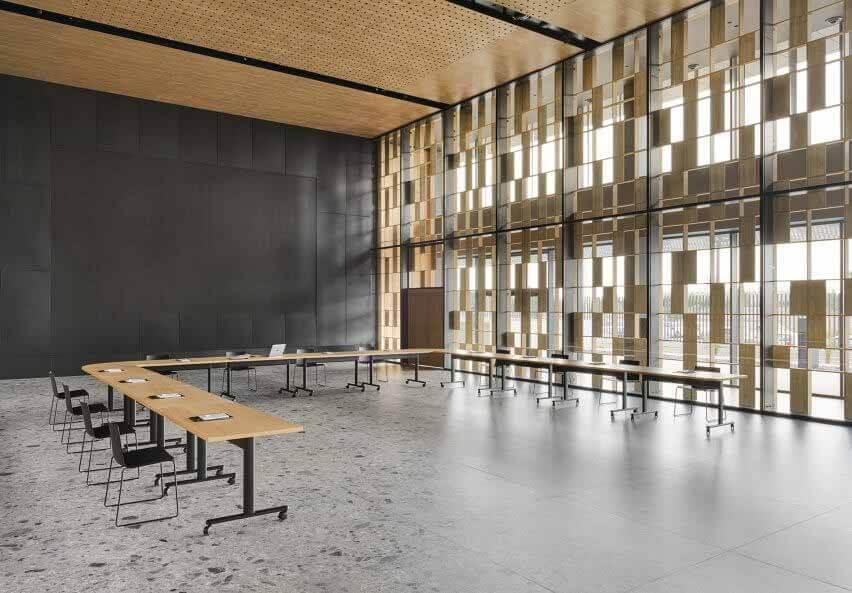 Серия соединительных столов, соединенных в U-образной форме в холле