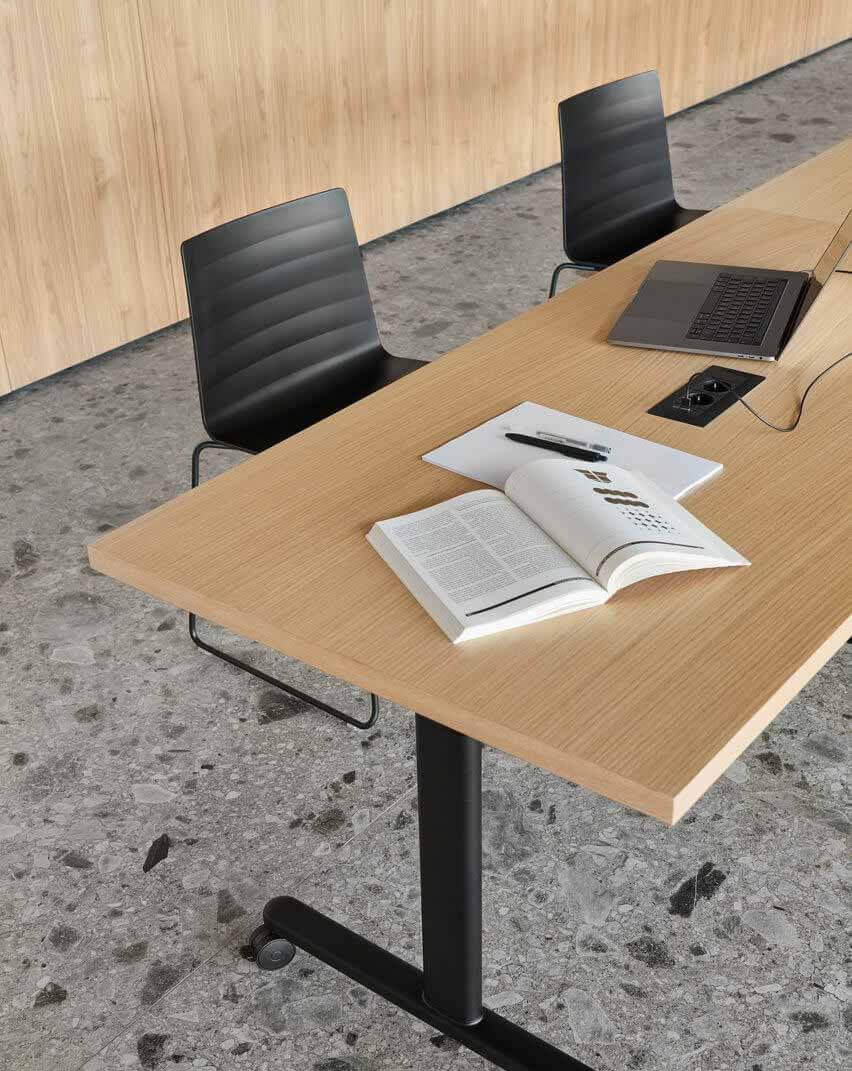 Крупный план Connect Table со встроенными функциями управления кабелями