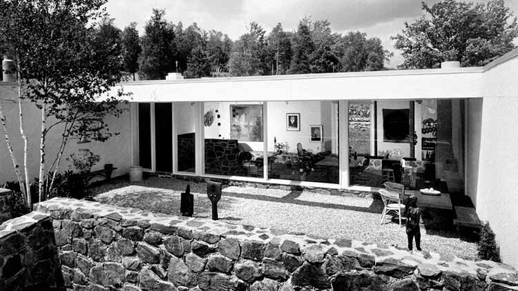 13 книг по архитектуре и дизайну, которые нужно добавить в список для чтения, Дом Стиллмана II, двор с видом на жилую зону, 1966. Джозеф В. Молитор.  .  Изображение предоставлено Summitridge Pictures и Monacelli Press