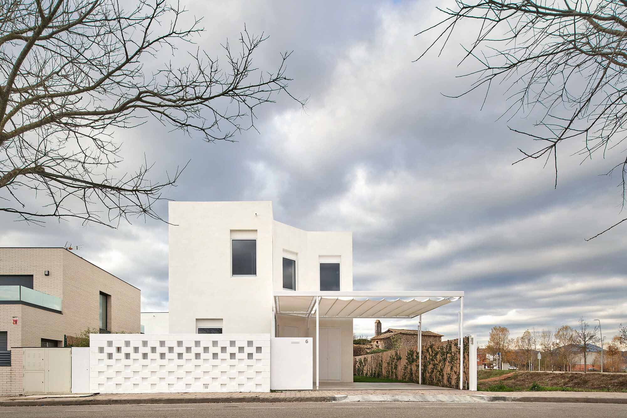 Дом между навесами / unparelld'arquitectes