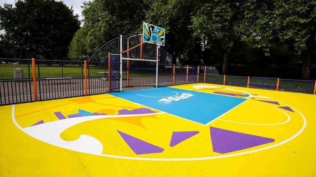 Баскетбольная площадка Summerfield Park обновлена красочной фреской