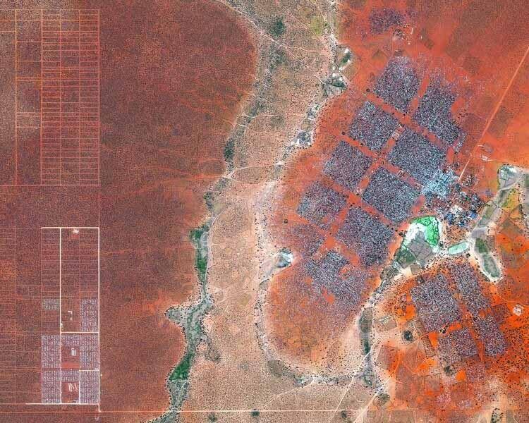Невидимые города: переосмысление кризиса беженцев через дизайн, лагерь беженцев в Дадаабе, Северо-Восточная Кения.  Создано @benjaminrgrant, исходные изображения: @digitalglobe.  Изображение