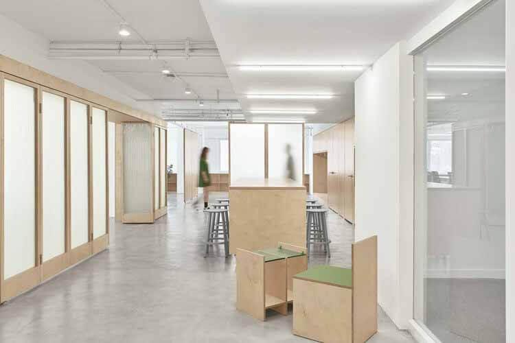 Short Sentence Office / Woodo Studio, зона отдыха, плавание большой раздвижной двери позволяет изменять пространственный поток.  Изображение © yuuuunstudio