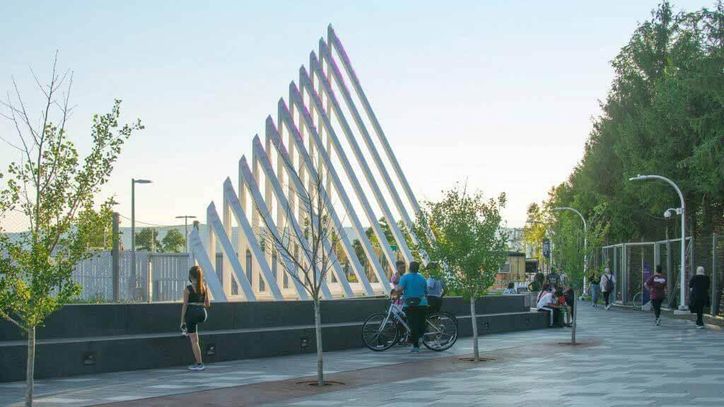 Тока — это световая скульптура, реагирующая на движения прохожих.