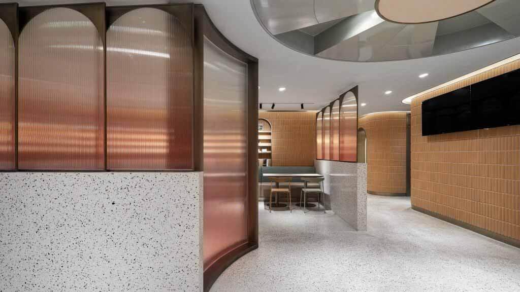 Арочные стеклянные панели предполагают окна в подвальной столовой от SHH